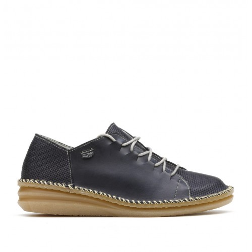 Leather shoe with laces